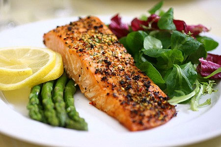 Salmon with asparagus and mace salad